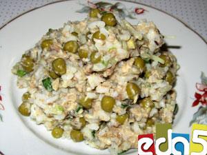 салат с сайрой консервой